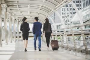 hombre-mujer-negocios-van-viaje-negocios_1150-2983
